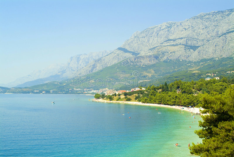 Playa típica de Makarska riviera en Croatia foto de archivo