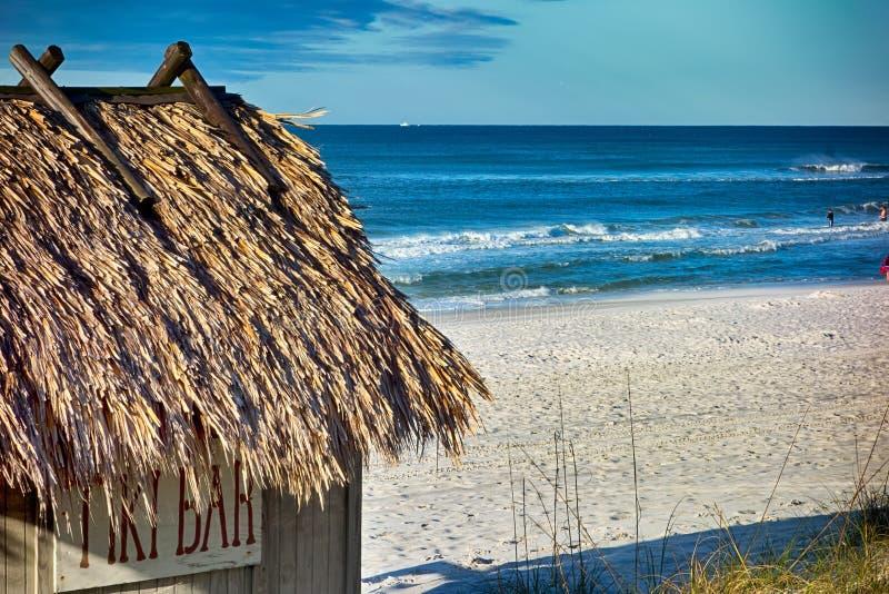 Playa Tiki Hut Bar en el océano imagen de archivo