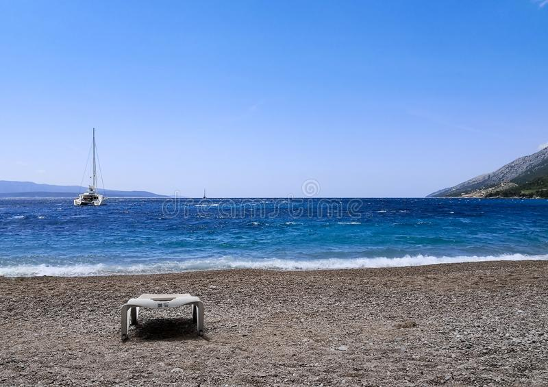 playa tranquila: cielo sobre el mar azul fotos de archivo libres de regalías