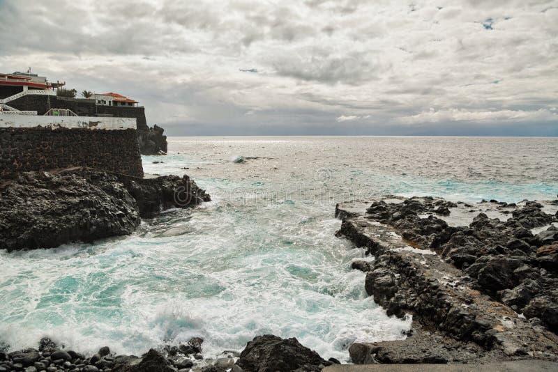 Playa tropical bajo el cielo melancólico fotografía de archivo libre de regalías