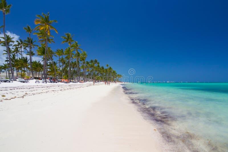 Playa tropical como centro turístico imágenes de archivo libres de regalías