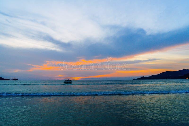playa tropical con el cielo hermoso imagen de archivo libre de regalías