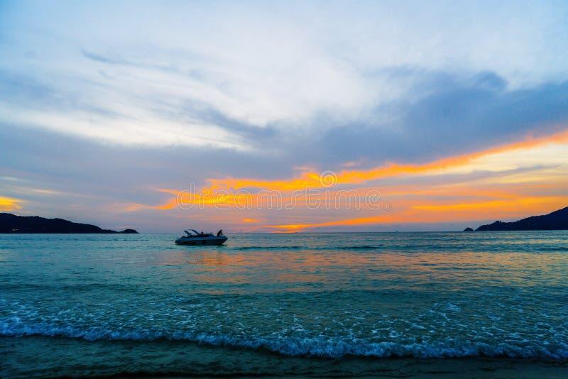 playa tropical con el cielo hermoso imagenes de archivo