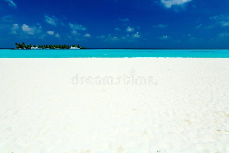 Playa tropical con la isla y los barcos fotos de archivo libres de regalías