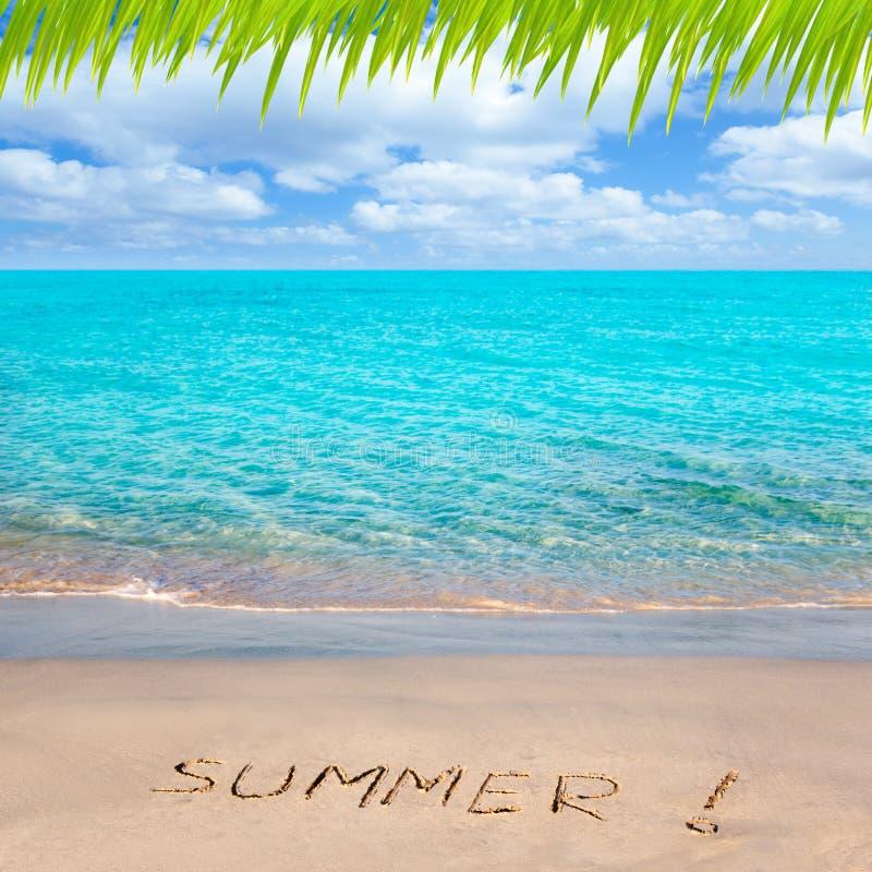 Playa tropical con la palabra del verano escrita en arena fotografía de archivo libre de regalías