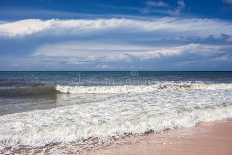 Playa tropical del paraíso con la arena blanca Cacerola ancha del turismo del viaje imagen de archivo libre de regalías