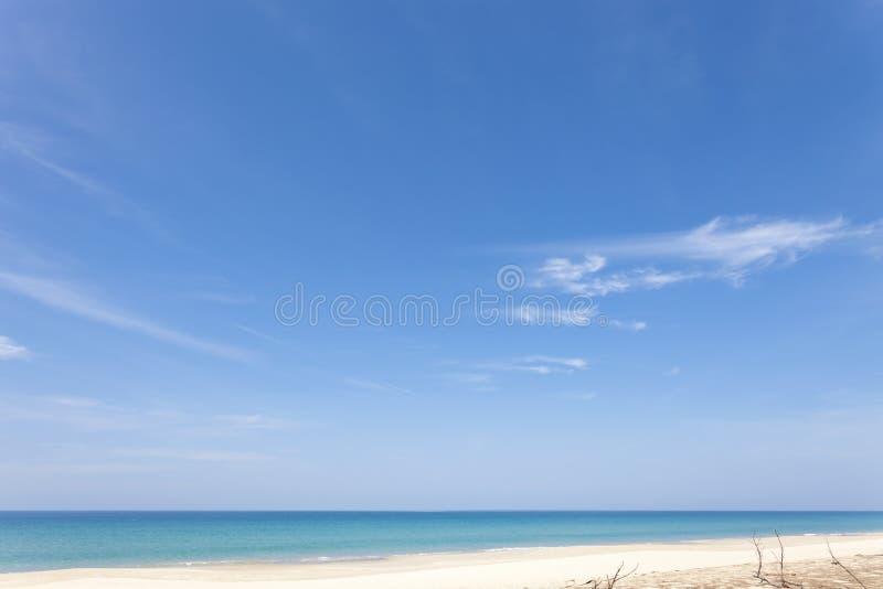 Playa tropical en el mar de andaman, isla de phuket, paradi de la playa del verano imagen de archivo libre de regalías