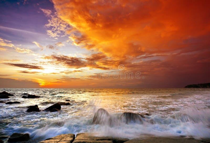 Playa tropical en la puesta del sol. imagen de archivo