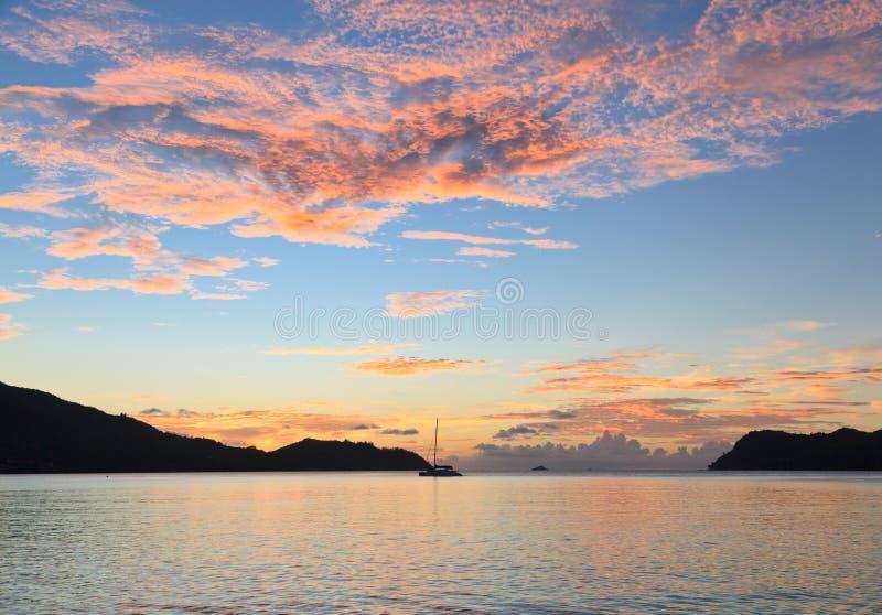 Playa tropical en la puesta del sol foto de archivo