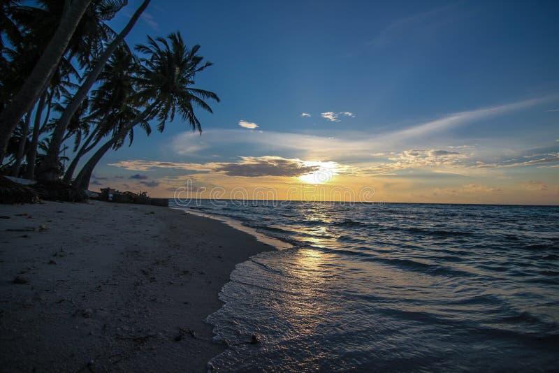 Playa Tropical En La Puesta Del Sol Fotografía de archivo