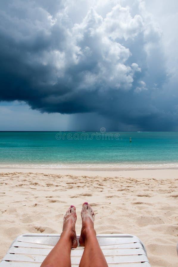 Playa tropical en la tormenta imagen de archivo libre de regalías