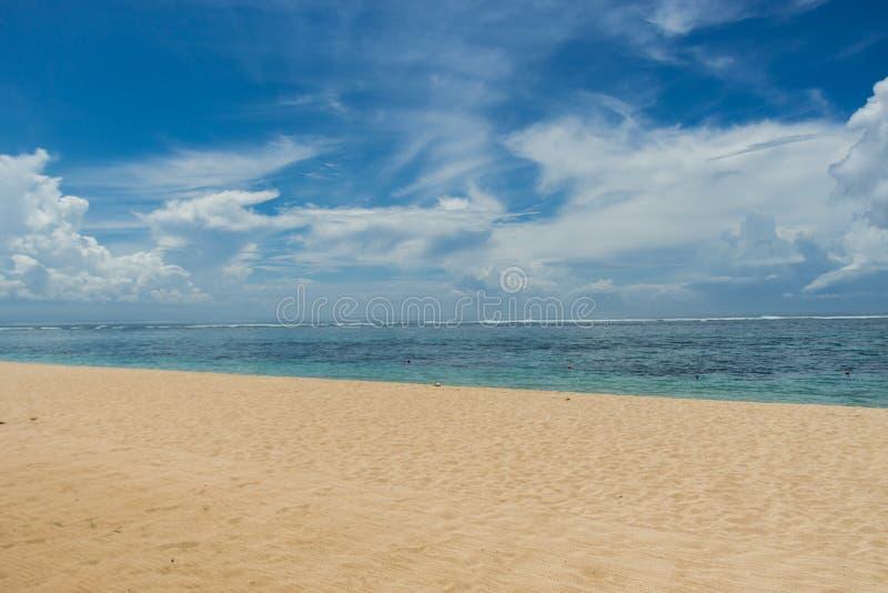 Download Playa Tropical Hermosa Con La Vegetación Enorme Foto de archivo - Imagen de arena, color: 41913200