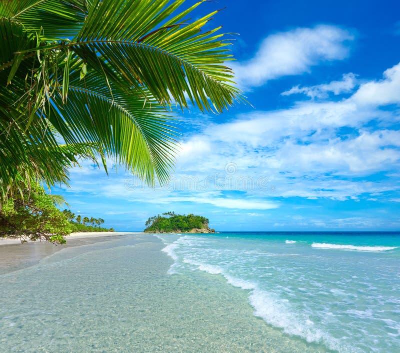 Playa tropical hermosa en el fondo de la isla imagen de archivo