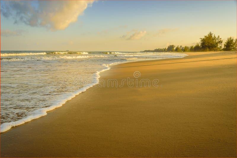 Playa tropical hermosa en la puesta del sol en Tailandia fotografía de archivo libre de regalías