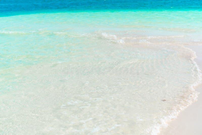 Playa tropical idílica con la arena blanca, agua del océano de la turquesa y el cielo colorido hermoso en la isla caribeña fotografía de archivo