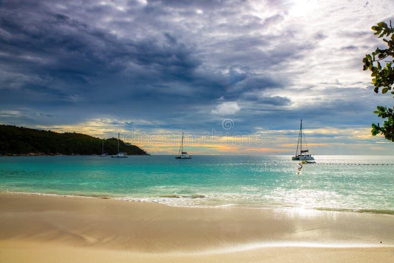 Playa tropical idílica en el tiempo de la puesta del sol en la isla de Paslin, Seychell fotos de archivo libres de regalías