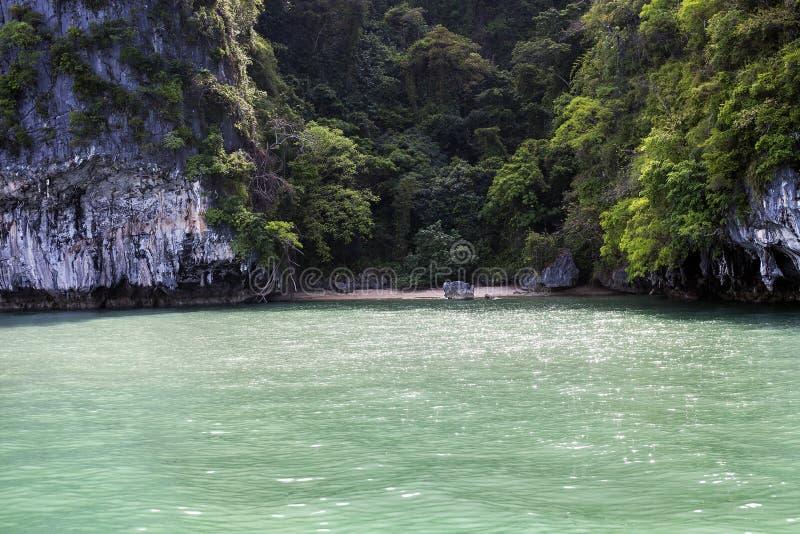Playa tropical salvaje en distrito de la isla verde, Phuket, Tailandia foto de archivo