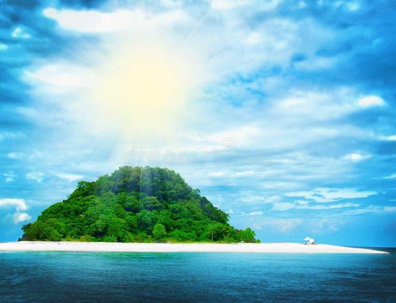 Playa tropical soleada en la isla fotos de archivo