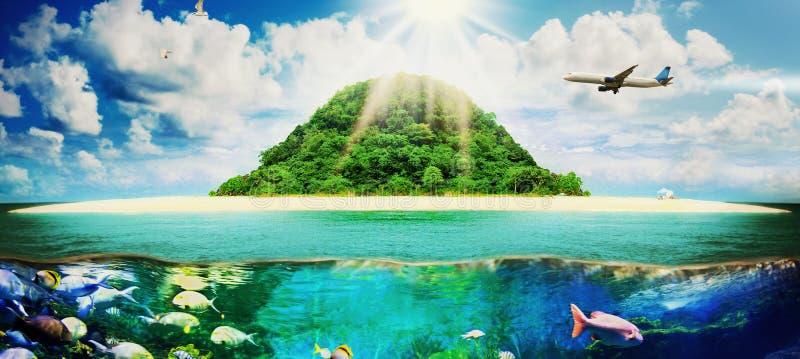 Playa tropical soleada en la isla imagenes de archivo