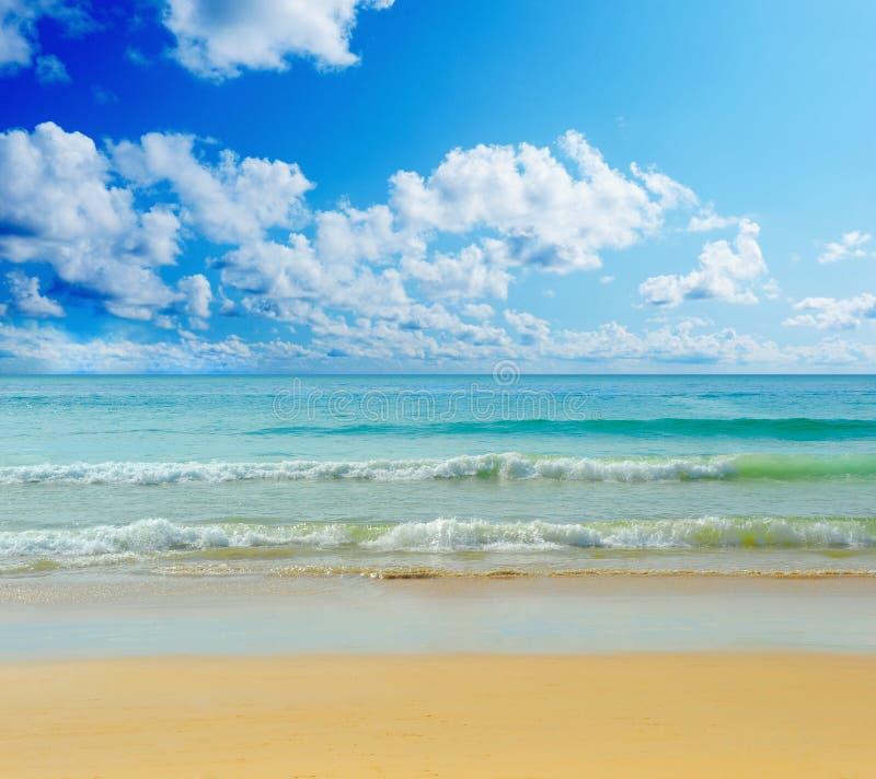 Playa tropical soleada en la isla foto de archivo
