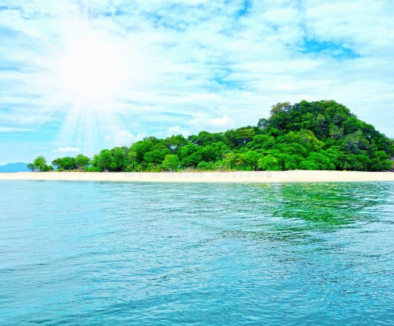Playa tropical soleada en la isla imagen de archivo libre de regalías