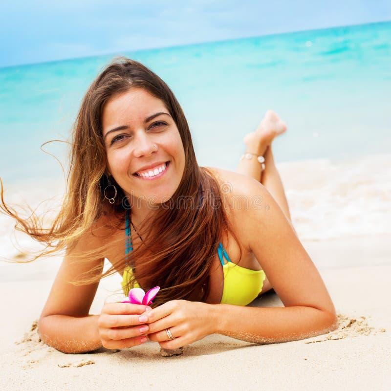 Playa tropical sonriente de la diversión relajante del bikini de la mujer foto de archivo