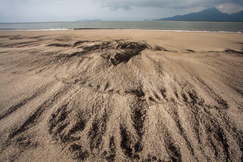 Playa vacía con diverso modelo en la arena en el Brasil fotografía de archivo libre de regalías