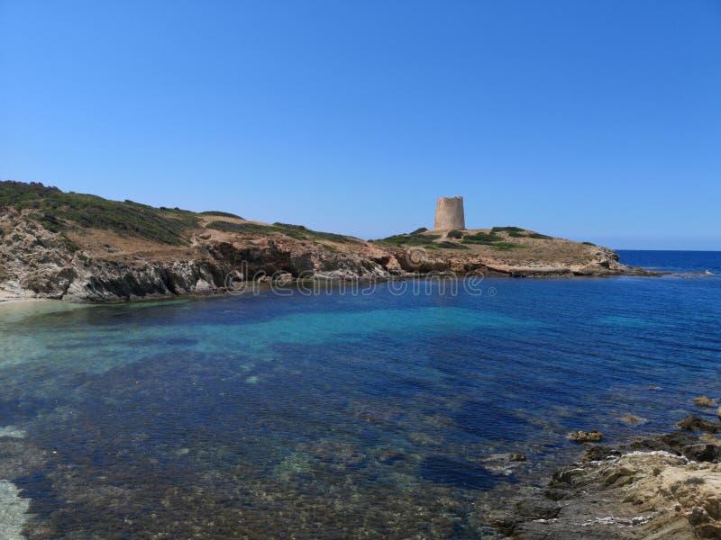 Playa vacía del paisaje de Cerdeña con la torre de guardia fotos de archivo