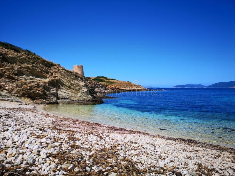 Playa vacía del paisaje de Cerdeña con la torre de guardia fotos de archivo libres de regalías