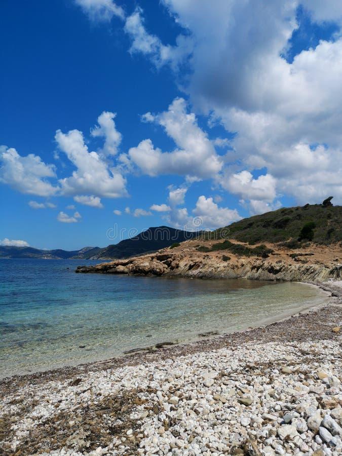 Playa vacía del paisaje de Cerdeña con la torre de guardia fotografía de archivo