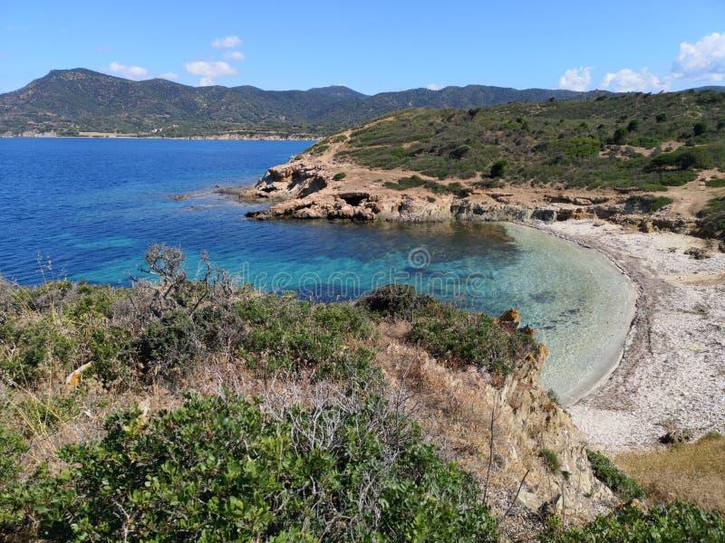 Playa vacía del paisaje de Cerdeña con la torre de guardia fotografía de archivo libre de regalías