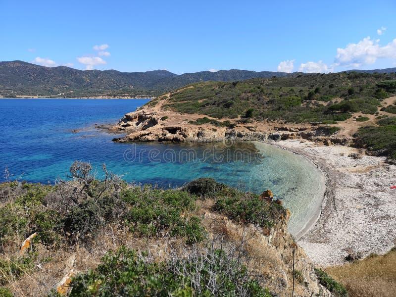 Playa vacía del paisaje de Cerdeña con la torre de guardia imagen de archivo libre de regalías