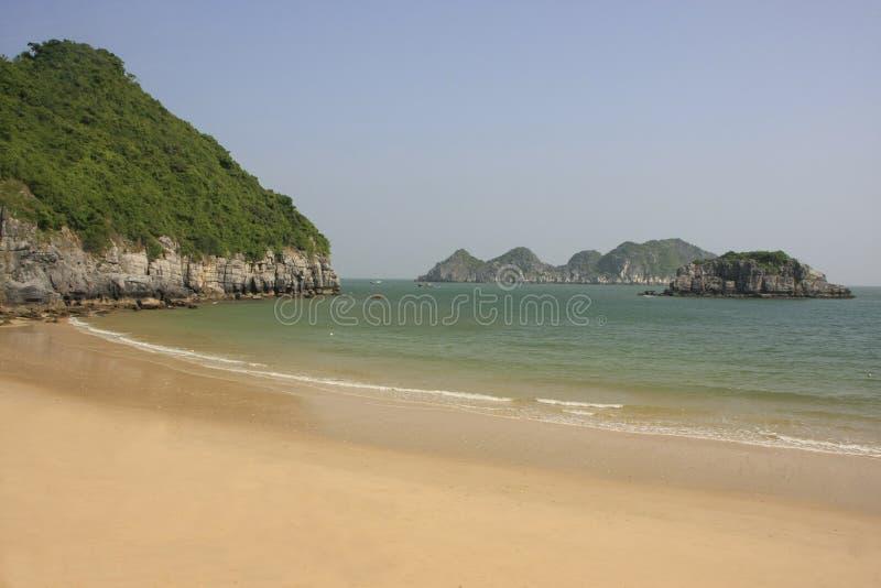 Playa vacía hermosa, isla del Ba del gato, bahía de Halong, imagen de archivo
