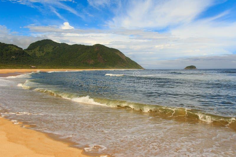 Playa vacía pacífica Grumari, Rio de Janeiro imagenes de archivo