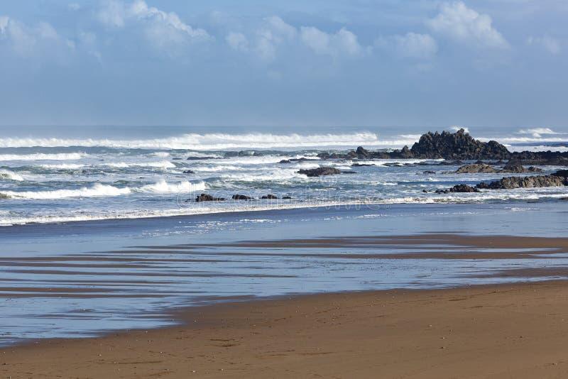 Download Playa vacía y mar agitado imagen de archivo. Imagen de ondas - 42438949