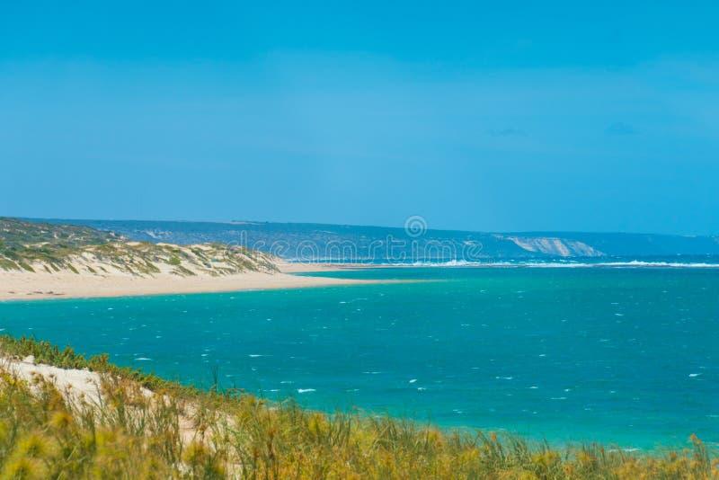 Playa ventosa de Gregory en Australia occidental con las dunas de arena en primero plano fotos de archivo libres de regalías