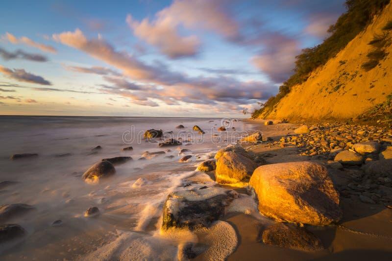 Playa y acantilado imagenes de archivo