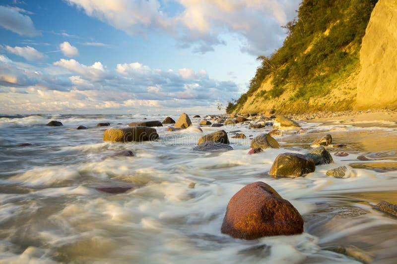 Playa y acantilado en el parque nacional de Wolin teniendo en cuenta la puesta del sol maravillosa fotos de archivo libres de regalías