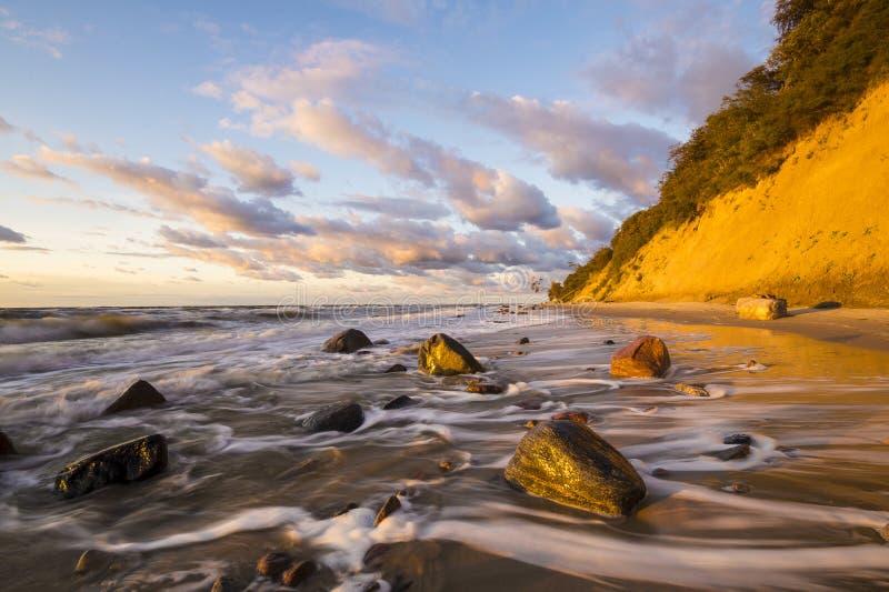 Playa y acantilado en el parque nacional de Wolin teniendo en cuenta la puesta del sol maravillosa imágenes de archivo libres de regalías
