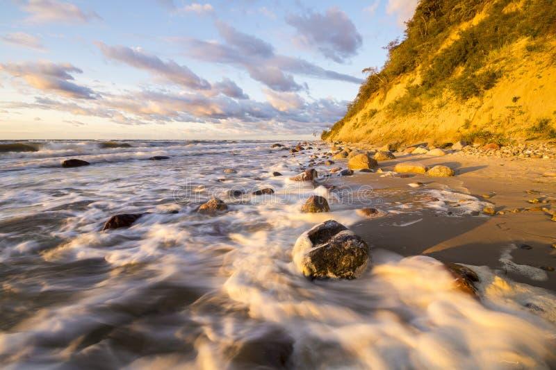 Playa y acantilado en el parque nacional de Wolin teniendo en cuenta la puesta del sol maravillosa fotografía de archivo