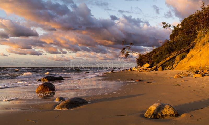 Playa y acantilado en el parque nacional de Wolin teniendo en cuenta la puesta del sol maravillosa foto de archivo