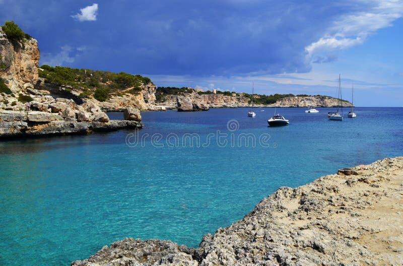 Playa y acantilado, isla de Majorca, mar Mediterr?neo de Espa?a imagenes de archivo