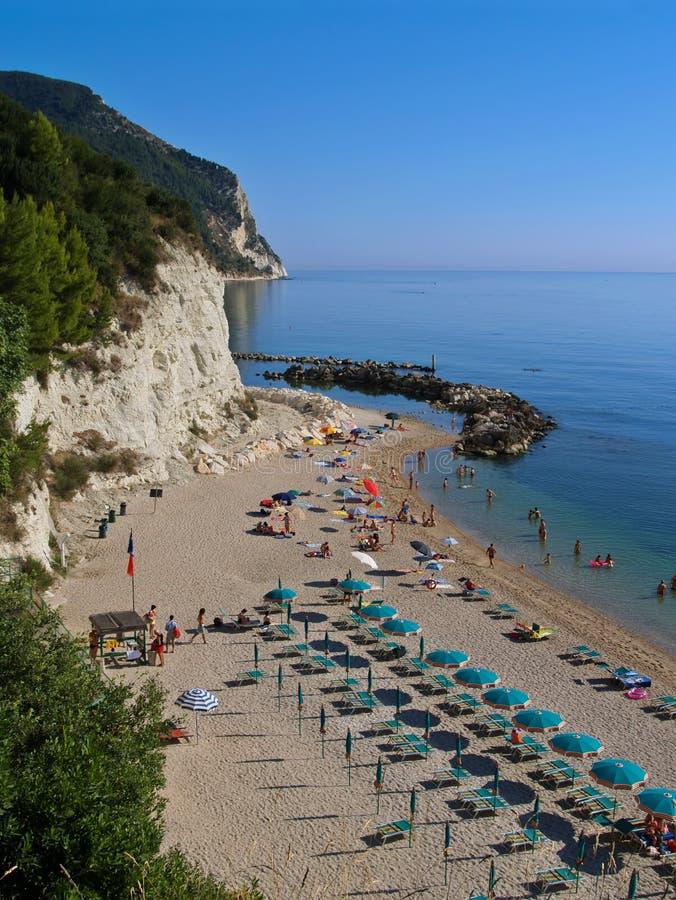 Playa y acantilados foto de archivo libre de regalías