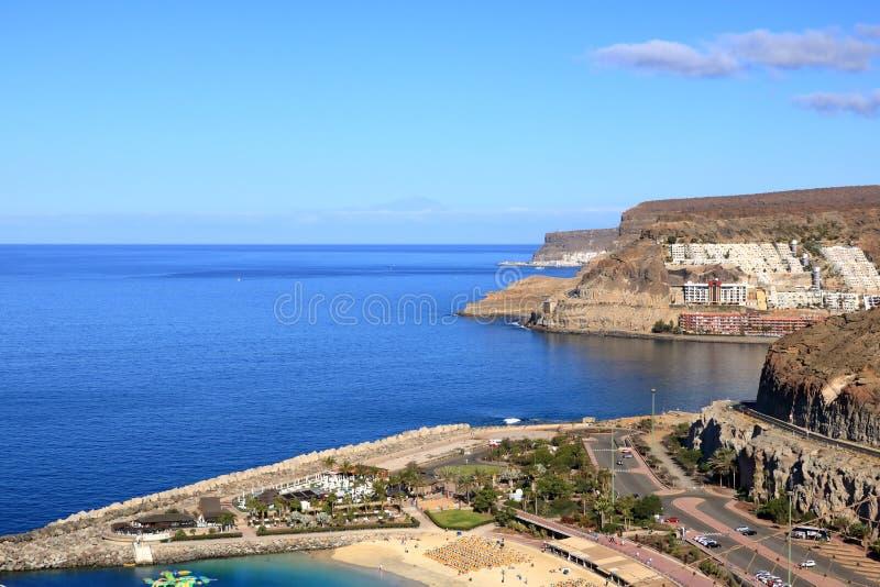 Playa y amadores de Puerto Rico en Gran Canaria fotografía de archivo libre de regalías