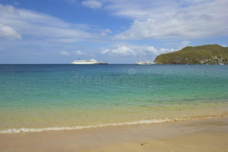 Playa y barco de cruceros en el mar abierto, del Caribe fotos de archivo