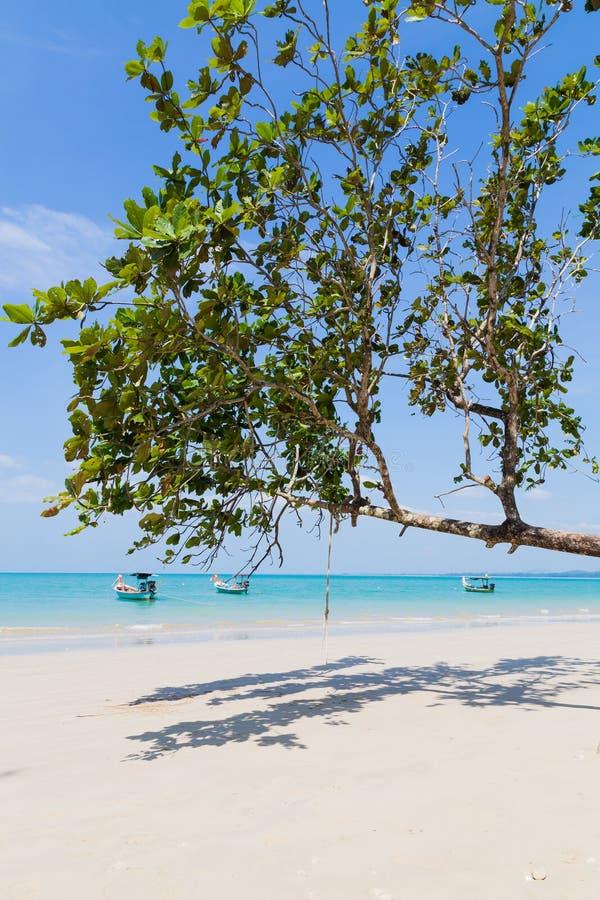 Playa y barcos blancos de la arena fotografía de archivo