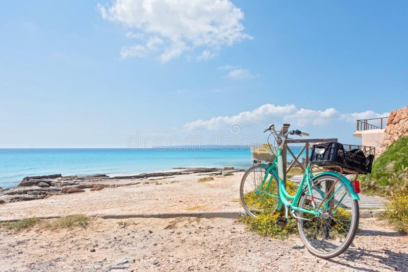 Playa y bicicleta de Formentera imagenes de archivo