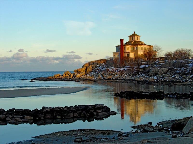 Playa y casa escénicas Maine foto de archivo libre de regalías