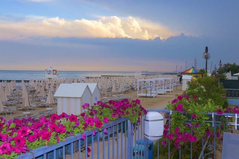 Playa y centro turístico en Lido di Jesolo, Italia foto de archivo libre de regalías
