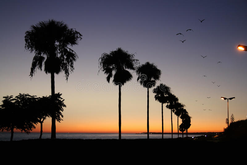 Playa y cielo de la puesta del sol imagenes de archivo